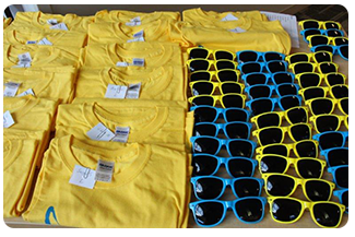 Participants are randomly drawn to receive prizes such as t-shirts and sunglasses
